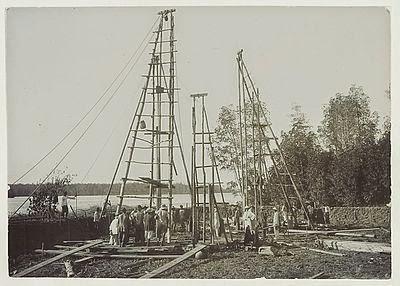 Boring van de Koninklijke Nederlandse Petroleum Maatschappij bij de Aroebaai te Pangkalansoesoe aan de Oostkust van Sumatra 1916
